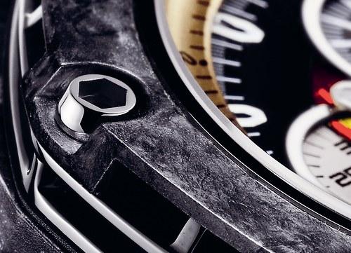 Detail povrchu pouzra hodinek Audemars Piguet Royal Oak Offshore Grand Prix  Collections pouzdrem z