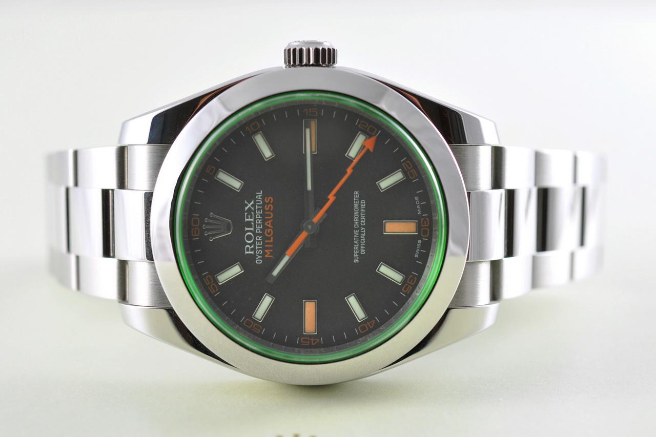 """Víčko hodinek je celkem netradičně zdobeno nápisy """"Rolex Oyster"""