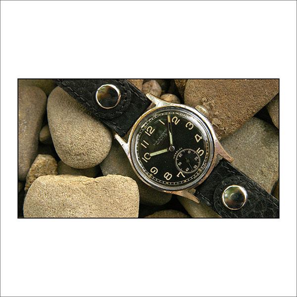 Pro své vojáky si hodinky objednalo u mnoha švýcarských a německých firem.  Společným poznávacím znamením je šroubovací ocelové dýnko b25191b989e